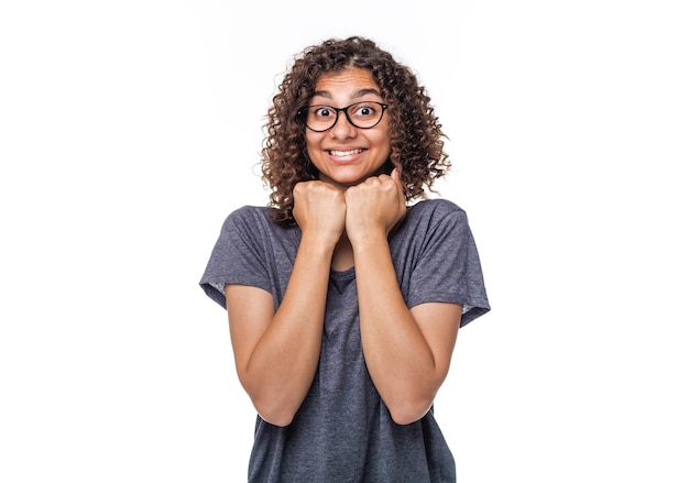 Эмоции радости на лице девушки смешанной расы на белом.