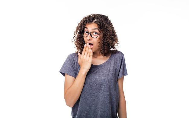 Эмоция удивления и шока на лице индийской девушки смешанной расы.