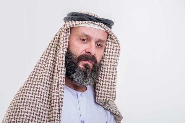 감정적인 아랍 남자 흰색 배경에 포즈입니다.