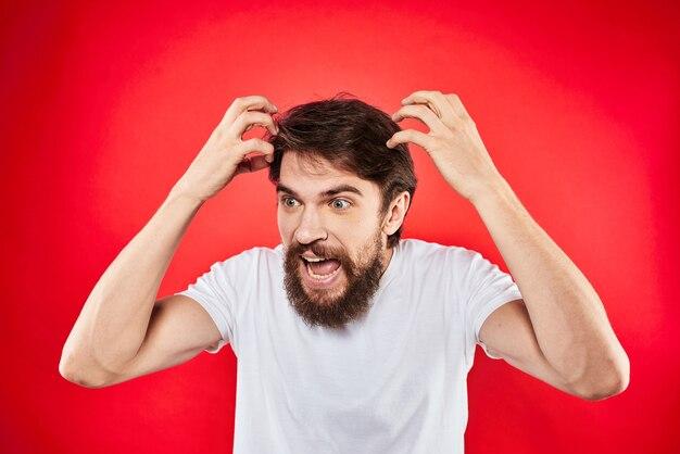 Эмоциональный бородатый мужчина жесты изолированными руками