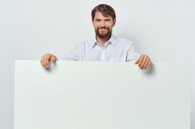 白いシャツのバナー広告で感情的なひげを生やした男