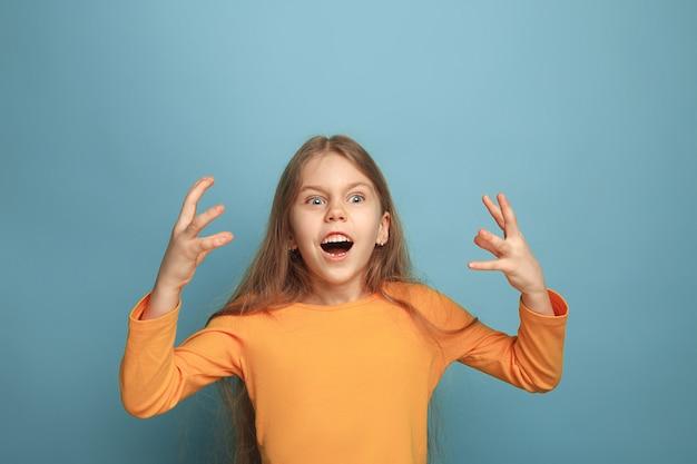 ショックを受けた表情の感情的なブロンドの女の子