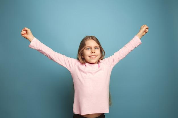 감정적 인 금발 십 대 소녀는 행복 모습과 이빨 미소를 가지고