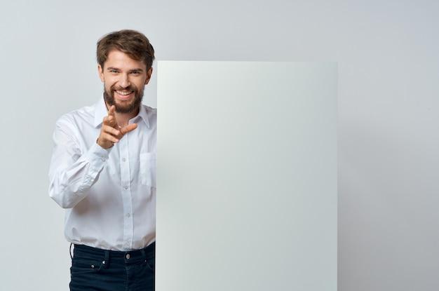 Эмоциональный деловой человек в рубашке держит презентацию пространства для копирования баннера