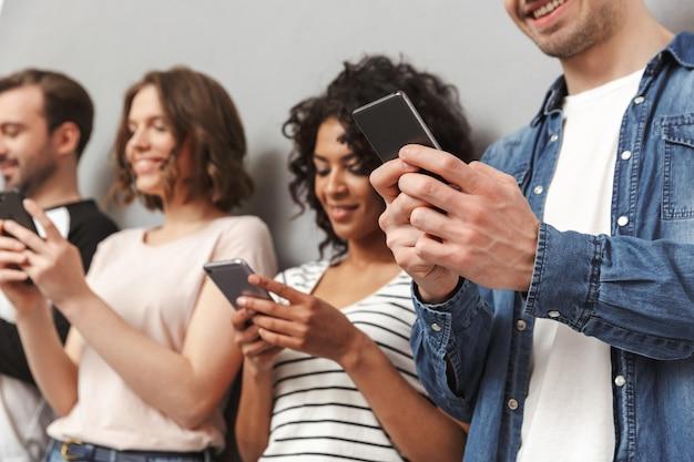 よそ見携帯電話を使用して感情的な陽気な友人のグループ。