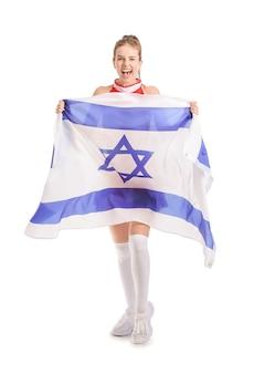白地にイスラエルの旗を持つ感情的なチアリーダー