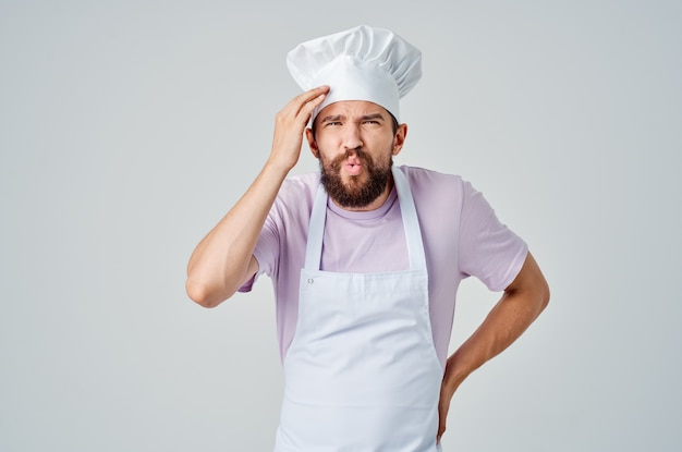그의 손으로 몸짓을 하는 감정적인 요리사는 레스토랑 업계에서 일합니다