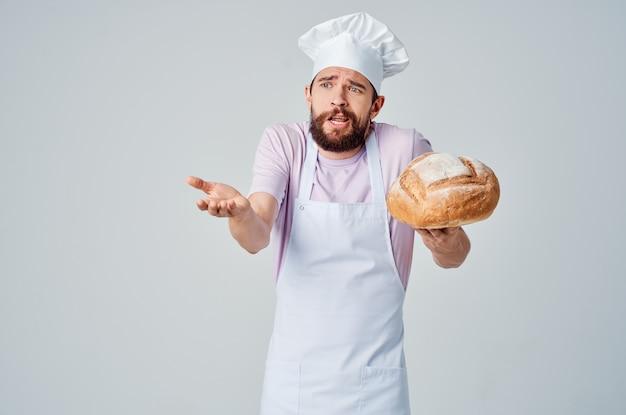 手にパンを持って料理を焼く感情的なシェフ