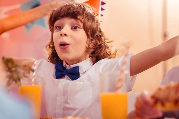 감정적 인 어린 시절. 친구를 기대하면서 눈을 크게 뜨고있는 친절한 소년