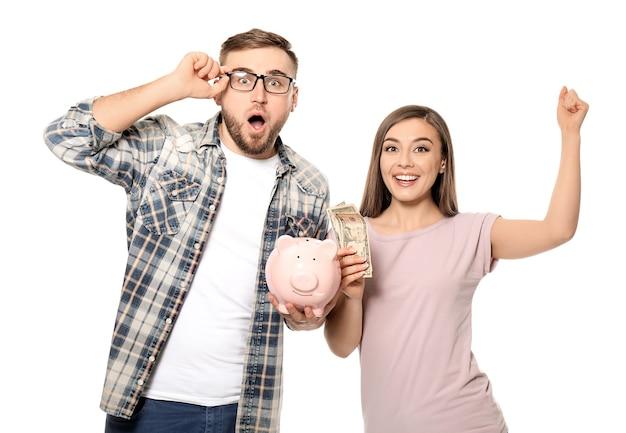 白の貯金箱とドル紙幣との感情的なカップル。