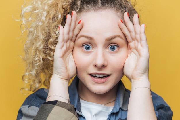 健康な皮膚と青い目を持つ感情的なかわいい女性