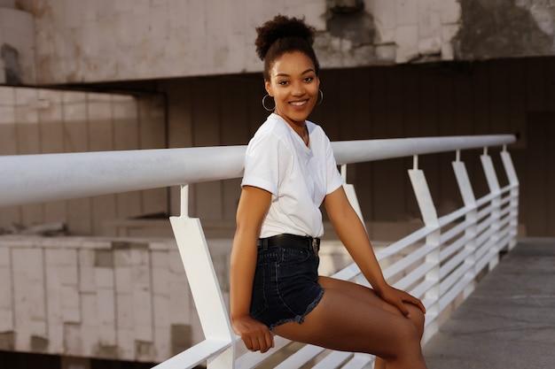 街の感情的な浅黒い女の子の夏