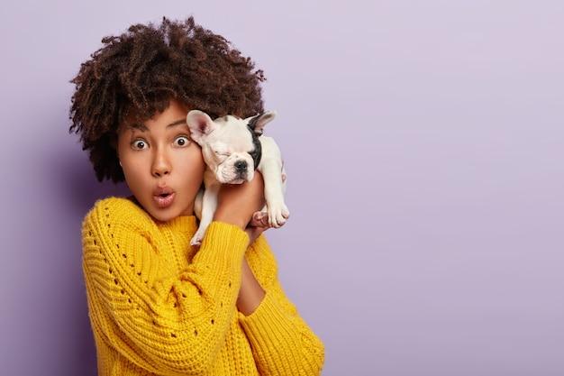 感情的な暗い肌の女性が犬のための新しい獣医クリニックを設立し、顔の表情に衝撃を与えました
