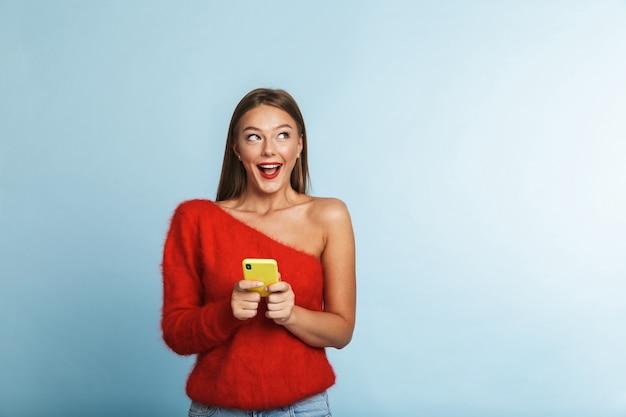 정서적 흥분된 젊은 여자 절연, 휴대 전화를 사용 하여 포즈.