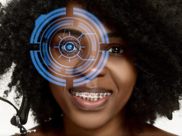 감정적 인. 사이버 기술 눈 패널, 사이버 공간 인터페이스, 안과 개념을 가진 미래의 여성. 현대적인 식별을 가진 아름다운 여성의 눈, 초점을 위한 치료. 시각 효과.