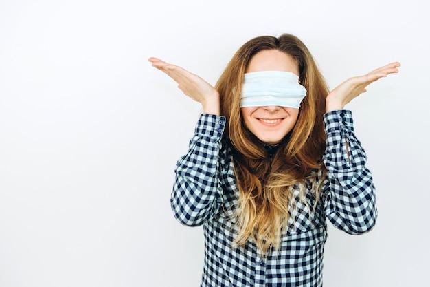 Эмоциональная девушка в медицинской маске на белом. как защититься от коронавируса? женщина в панике из-за covid 2019.