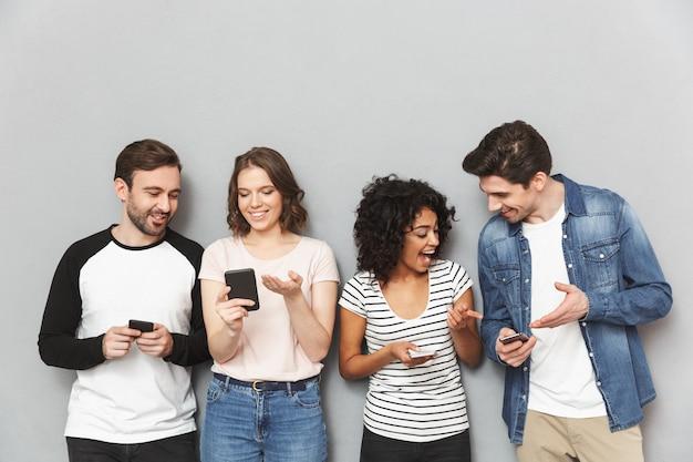 携帯電話のチャットを使用して友人の感情的なグループ。