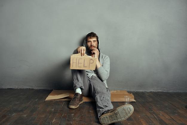 수염 기호가 있는 감정적인 노숙자는 돈 문제를 돕습니다.
