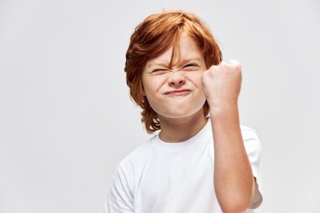 拳を示す感情的な子供