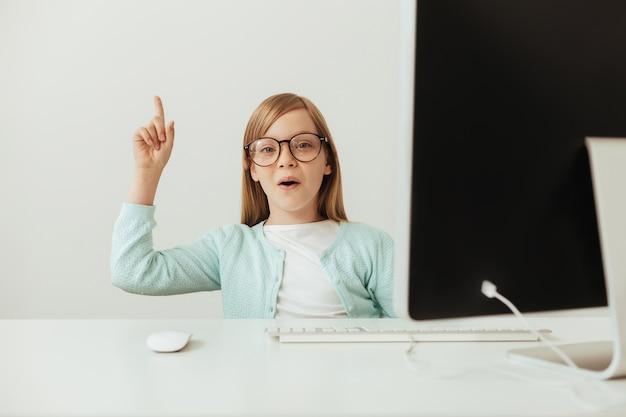 Эмоциональный ученик. умная настойчивая творческая девушка сидит за столом