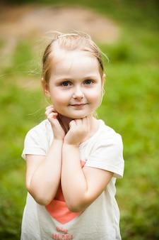 Эмоциональный портрет маленькой блондинки в парке
