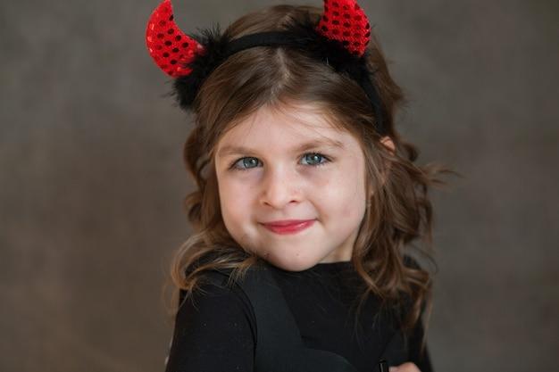 Эмоциональная маленькая девочка в костюме хэллоуина