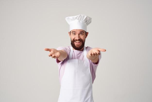 손으로 주방 전문 작업을 몸짓으로 감정적인 남성 요리사