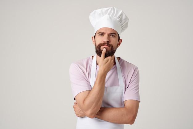感動的な男性シェフキッチンレストランサービス業務
