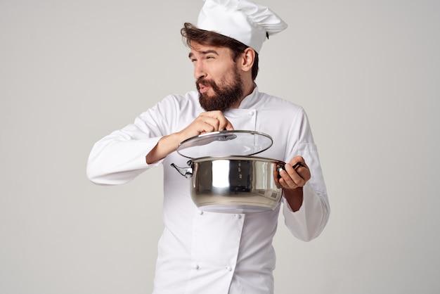 Эмоциональный мужчина-шеф-повар с кастрюлей в руках кулинария ресторанной индустрии