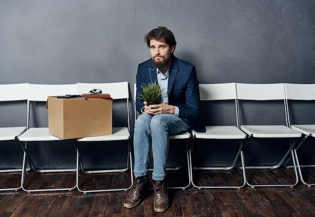 Эмоциональная мужская коробка менеджера с увольняемыми с работы вещами