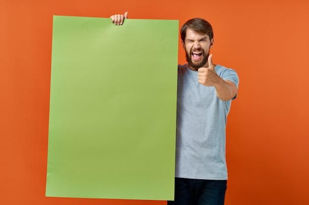 感情的な男広告マーケティングコピースペースオレンジ色の背景