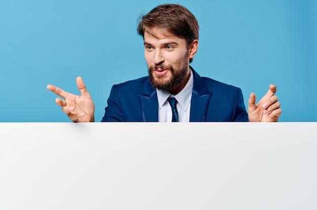 白いバナーのプレゼンテーションの孤立した背景を宣伝する感情的な男。高品質の写真