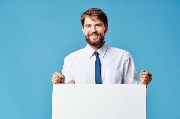 白いバナープレゼンテーション孤立した背景を宣伝する感情的な男