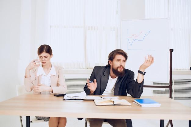 Эмоциональный мужчина и женщина на работе коллеги на рабочем общении