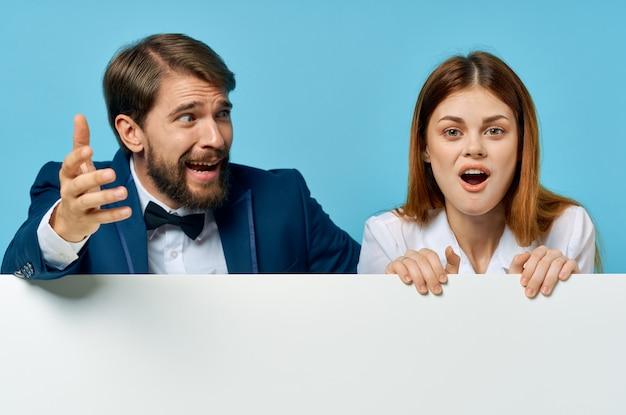 Эмоциональные мужчины и женщины, презентация официальных лиц, обрезанный вид