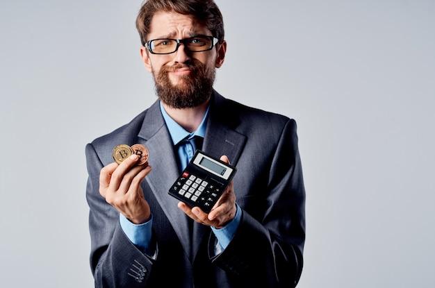 금융 스튜디오 관계자를 세는 감정적인 남자 계산기 비트코인
