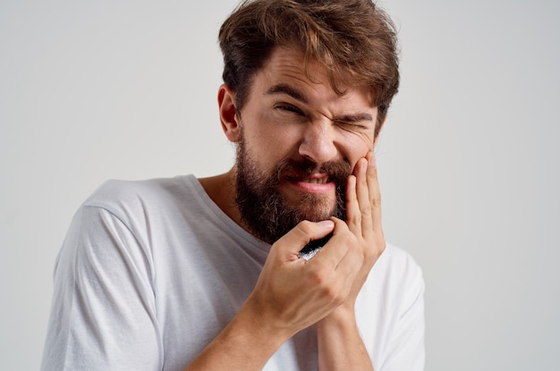 感情的な男の歯の問題歯科治療孤立した背景。高品質の写真