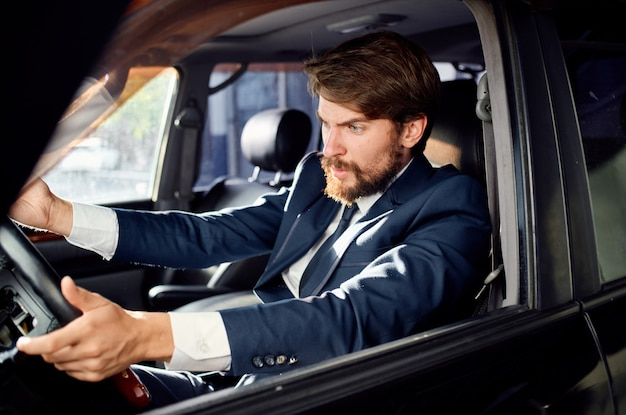 車の旅の贅沢なライフスタイルサービスを運転する感情的な男