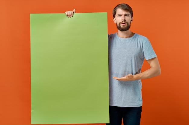 感情的な男緑のモックアップポスター割引孤立した背景