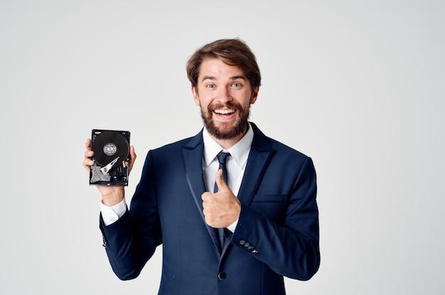 감정적인 남자 하드 드라이브 정보 복구 기술. 고품질 사진