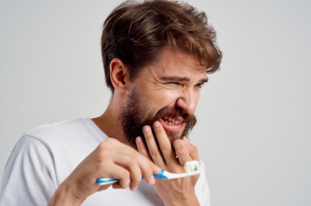 感情的な男の衛生歯磨き粉朝の光の背景