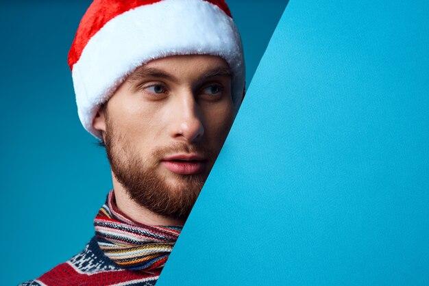 크리스마스 파란색 모형 포스터 격리 된 배경에서 감정적 인 남자