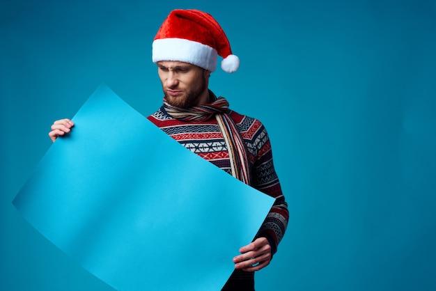 크리스마스 파란색 모형 포스터 스튜디오 포즈에서 감정적인 남자
