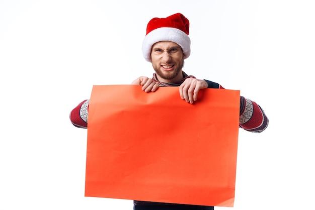 赤いモックアップポスターコピースペーススタジオとクリスマス帽子の感情的な男