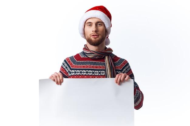 흰색 모형 포스터 크리스마스 격리 된 배경으로 크리스마스 모자에 감정적인 남자