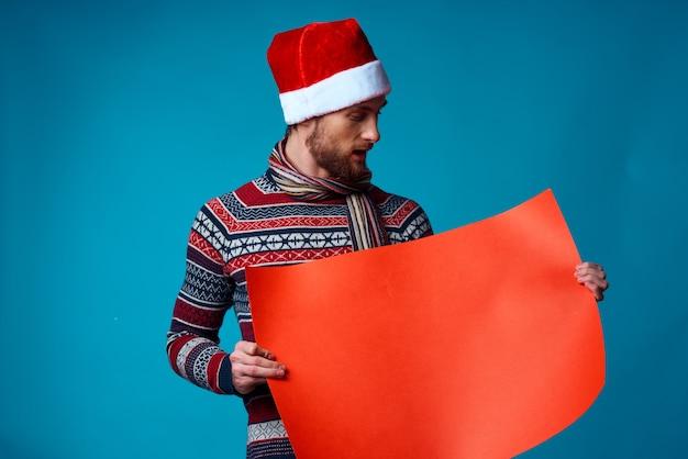 Эмоциональный мужчина в рождественском оранжевом макете плаката на синем фоне
