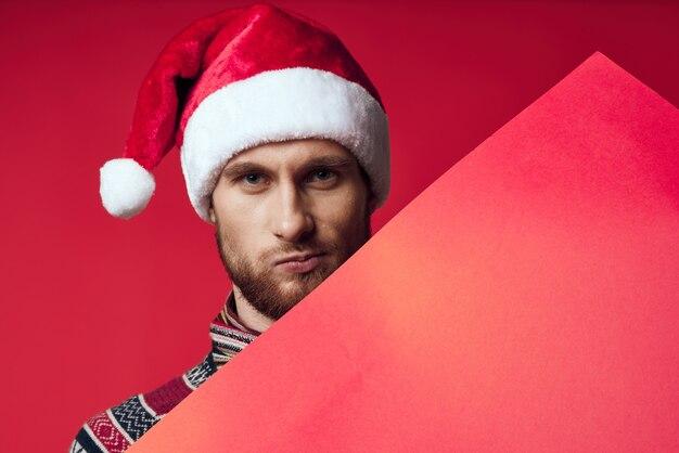 크리스마스 빨간색 모형 포스터 스튜디오 포즈에서 감정적인 남자