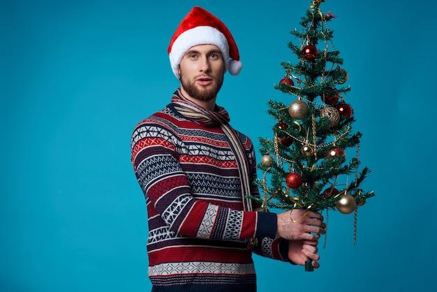 クリスマスの白いモックアップポスター青い背景の感情的な男。高品質の写真