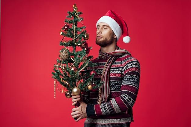 サンタ帽子の感情的な男クリスマスの装飾休日新年孤立した背景。高品質の写真