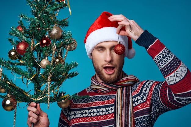 サンタ帽子の感情的な男クリスマスの装飾休日新年孤立した背景